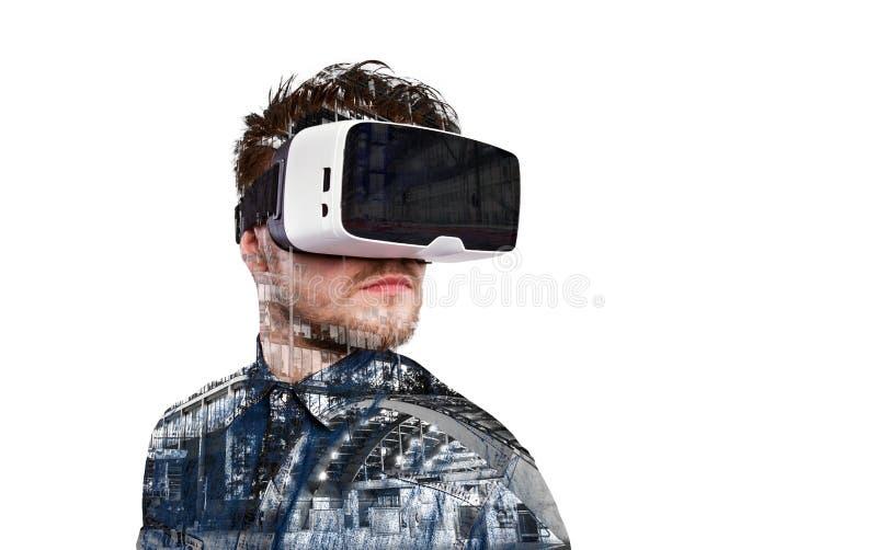 Dubbele blootstelling Mens die virtuele werkelijkheidsbeschermende brillen dragen De stad van de nacht stock fotografie