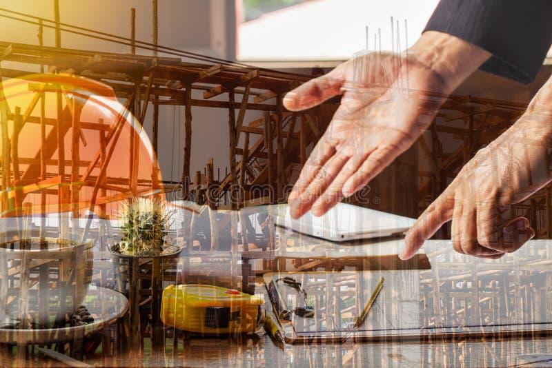 Dubbele blootstelling met bouw en architect of ingenieurs het werk stock afbeelding