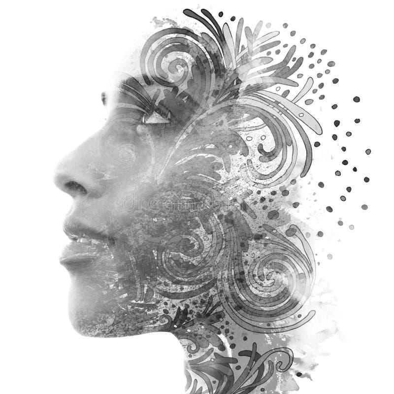 Dubbele blootstelling Paintography Sluit omhoog portret van een aantrekkelijke vrouw met sterke etnische eigenschappen die met on royalty-vrije stock foto's