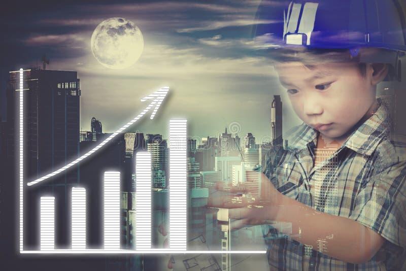 Dubbele blootstelling van Aziatisch die kind met helm met skyscra wordt gecombineerd royalty-vrije stock fotografie