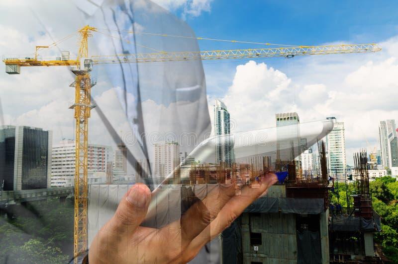 Dubbele blootstelling van bedrijfsingenieur en abstracte stad royalty-vrije stock afbeeldingen