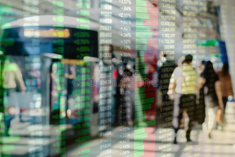 Dubbele blootstelling van bedrijfsschetsconcept de grafiek van de consument met vele mensen die achtergrond lopen stock afbeelding