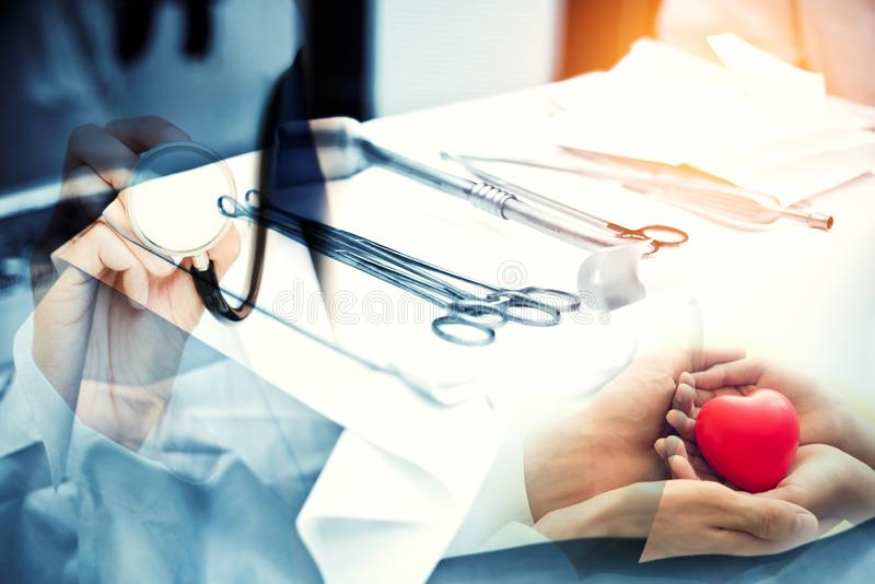 Dubbele blootstelling van Chirurgiemateriaal in Verrichtingsruimte en Chirurg arts Het geven van het leven aan pati?nt gezond en  stock foto