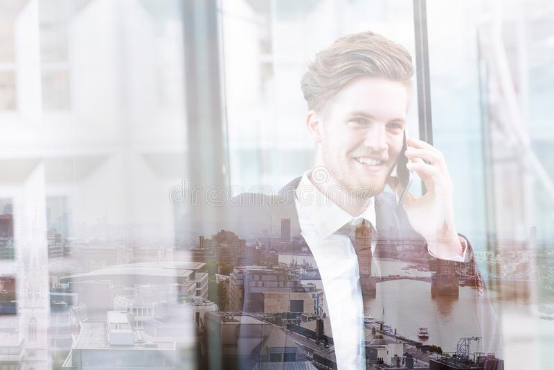 Dubbele blootstelling van de bedrijfsmens die telefonisch, communicatie concept spreken royalty-vrije stock foto