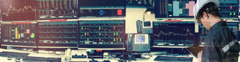 Dubbele blootstelling van de holdingstablet van de ingenieursmens voor effectenbeurs stock afbeelding