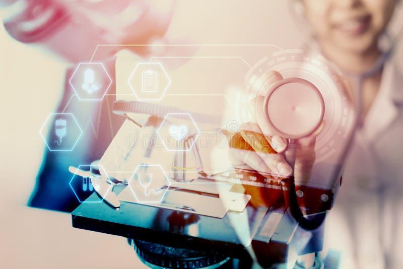 Dubbele blootstelling van de vrouwelijke geneeskunde medische stethoscoop, het pictogram en de microscoop van de artsenholding royalty-vrije stock foto's