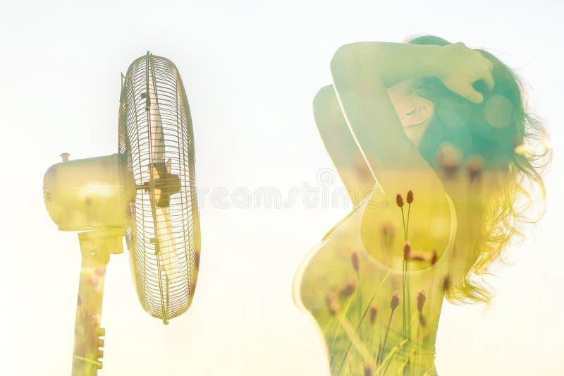 Dubbele blootstelling van een meisjeslichaam met een ventilator en het de lentegebied stock foto's