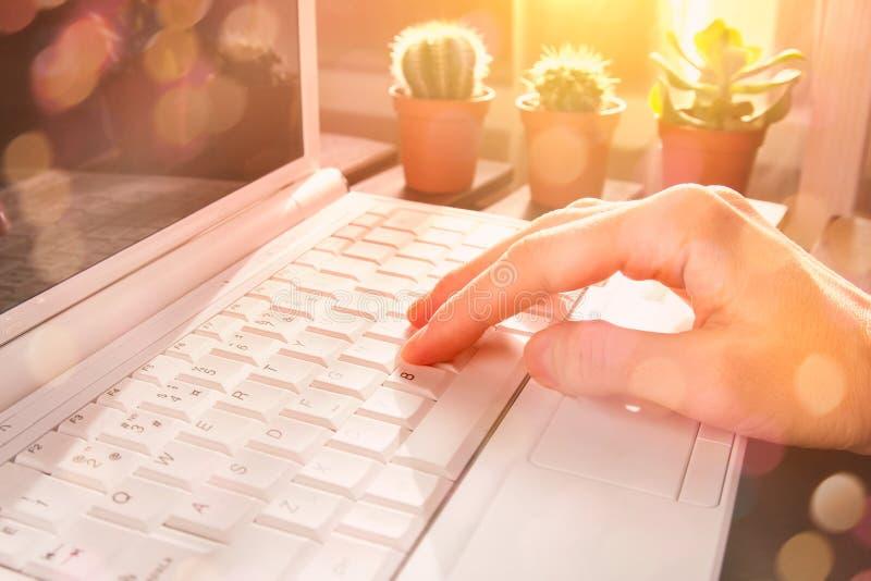 Dubbele blootstelling van een vrouwelijke handdruk op laptop met een zijlicht royalty-vrije stock foto