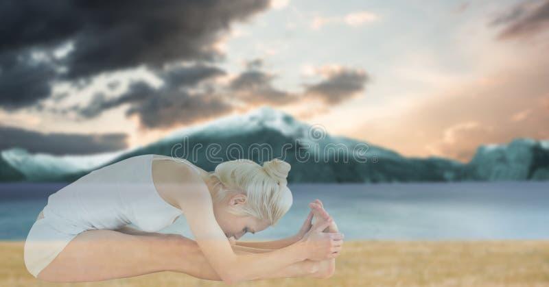 Dubbele blootstelling van geschikte vrouw die yoga doen bij strand stock foto