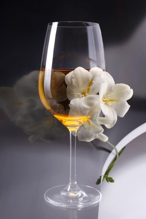 Dubbele blootstelling van glas wijn over witte fresia royalty-vrije stock foto's