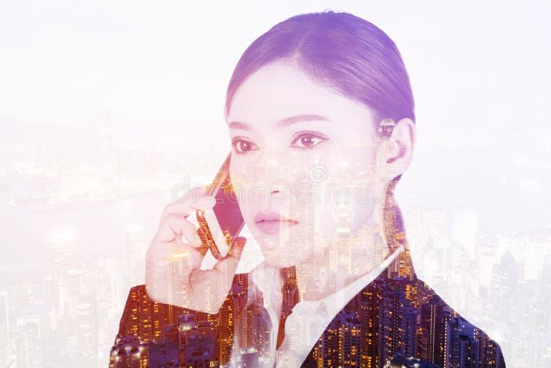 Dubbele blootstelling van het bedrijfsvrouw spreken op smartphone met CIT royalty-vrije stock afbeelding
