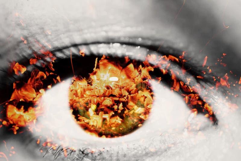Dubbele blootstelling van het close-up vrouwelijke oog en de hete rode steenkolen van brandhout stock afbeelding