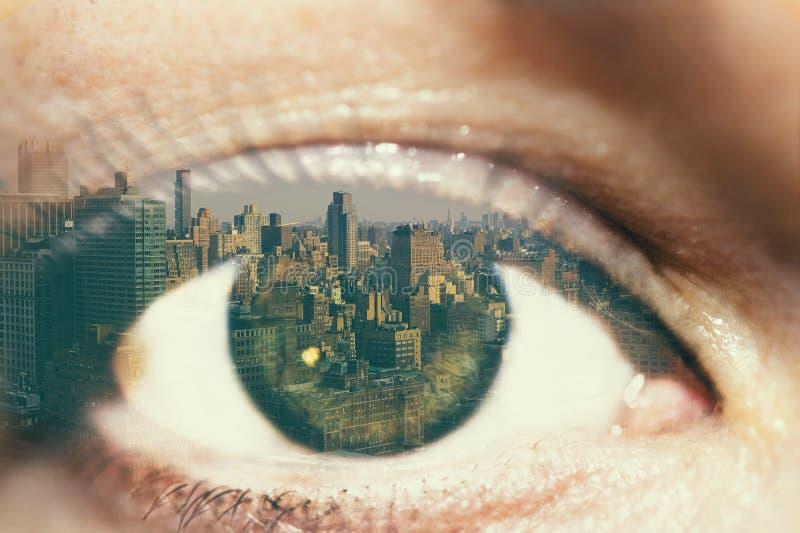 Dubbele blootstelling van het vrouwelijke oog en de stad New-York royalty-vrije stock foto