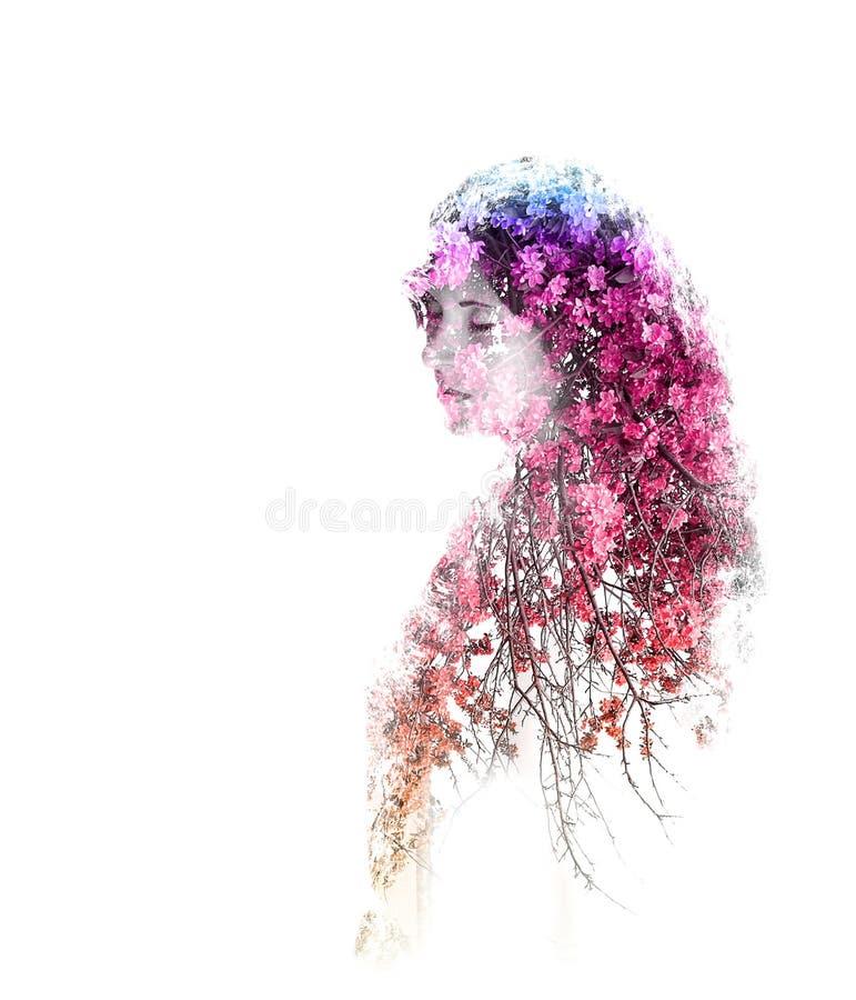 Dubbele blootstelling van jong mooi die meisje op witte achtergrond wordt geïsoleerd Portret van een vrouw, geheimzinnige blik, d stock illustratie