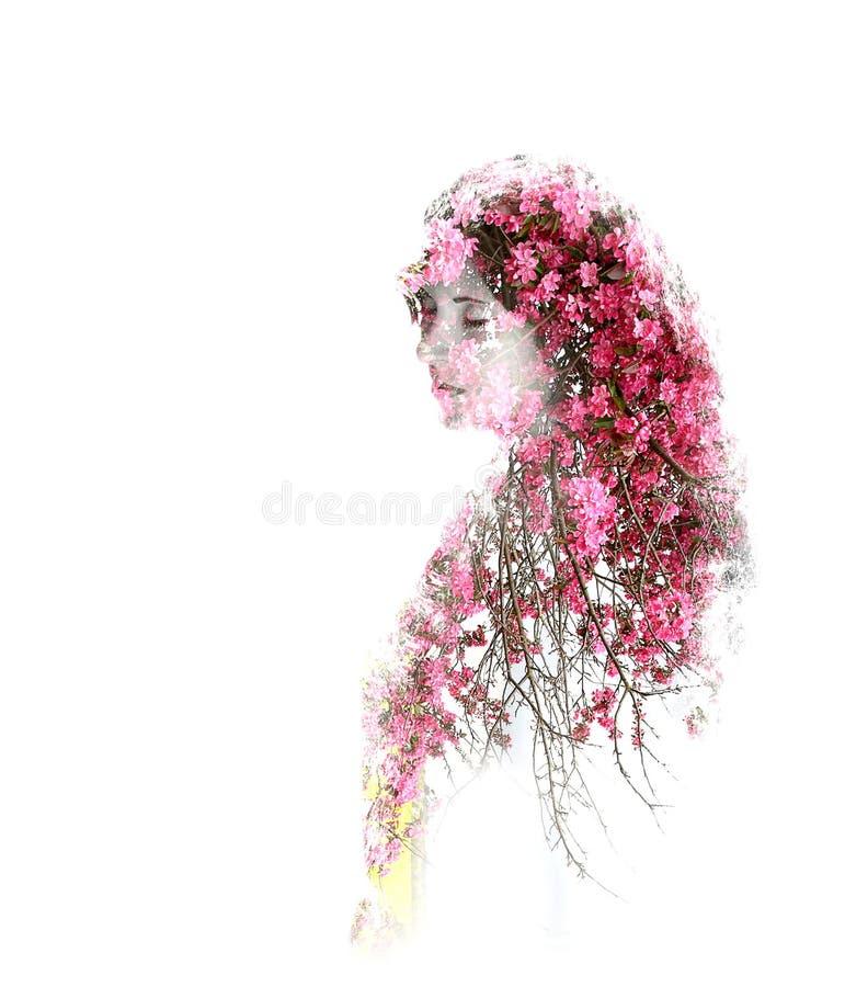 Dubbele blootstelling van jong mooi die meisje op witte achtergrond wordt geïsoleerd Portret van een vrouw, geheimzinnige blik, d stock afbeelding