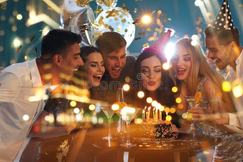 Dubbele blootstelling van jongeren bij Verjaardagspartij en verlichte stad bij nacht royalty-vrije stock fotografie