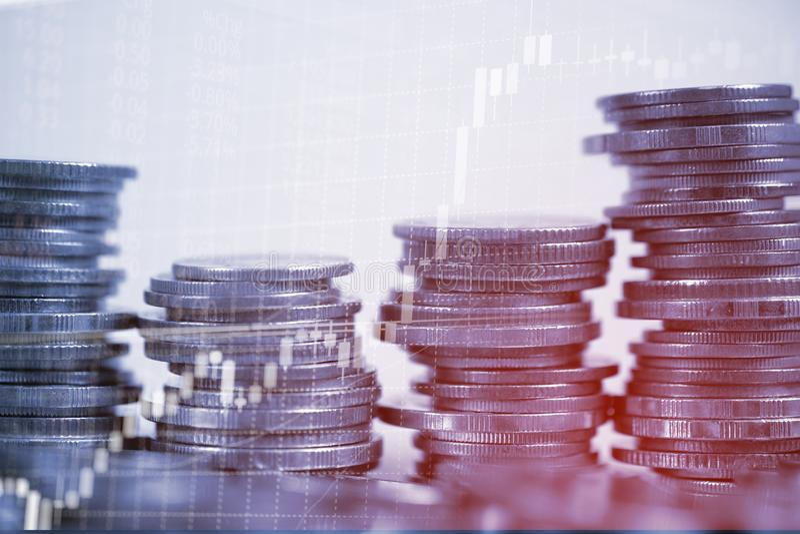 Dubbele blootstelling van muntstukstapel met de grafiekboa van het effectenbeursscherm stock fotografie