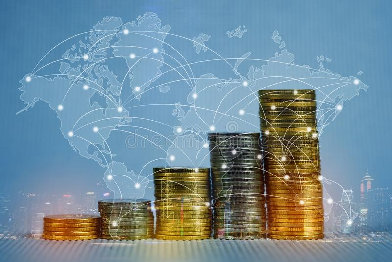 Dubbele blootstelling van muntstukstapel met stadsachtergrond en wereldkaart, financiële grafiek, wereldkaart en globaal netwerk  stock fotografie