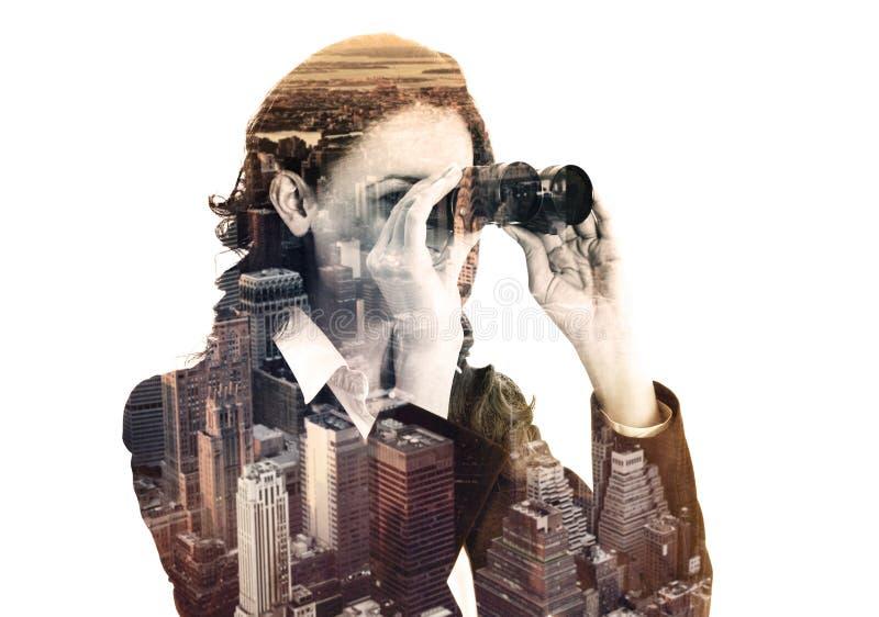 Dubbele blootstelling van onderneemster met binoculair en megalopolis stock afbeelding