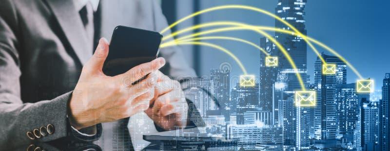 Dubbele blootstelling van ondernemerszakenman die smartphone gebruiken die e-mail op stadsachtergrond verzenden Bedrijfs communic stock afbeeldingen