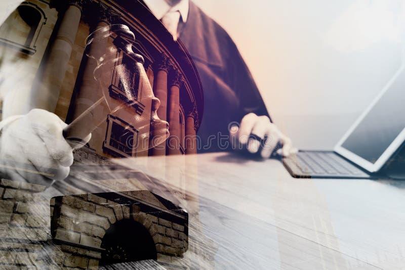 dubbele blootstelling van rechtvaardigheid en wetsconcept Mannelijke rechter in een hof stock foto