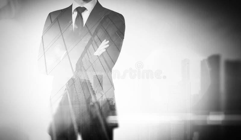 Dubbele blootstelling van stad en jonge zakenman stock afbeeldingen