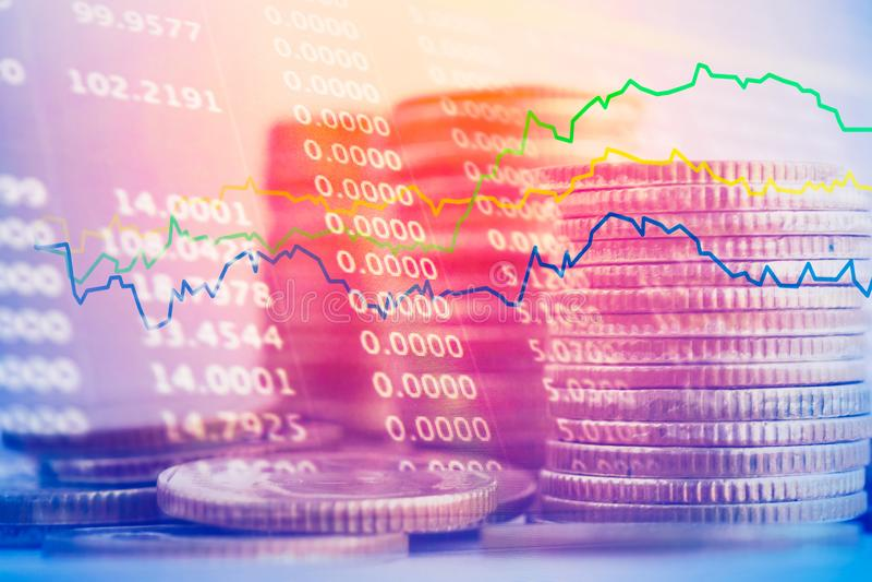 Dubbele blootstelling van stapel muntstukken en gegevens met grafiek, bedrijfs en financiënachtergrond royalty-vrije stock foto