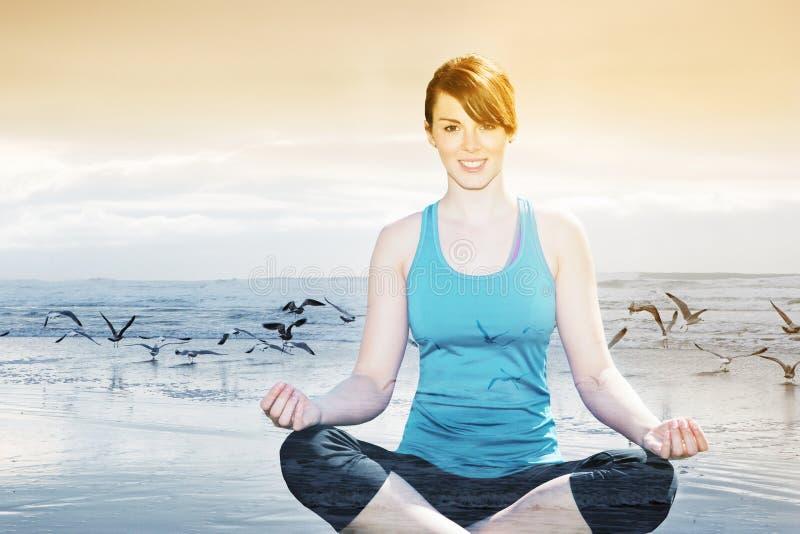 Dubbele blootstelling van vrouw die yoga doen bij strand royalty-vrije stock fotografie