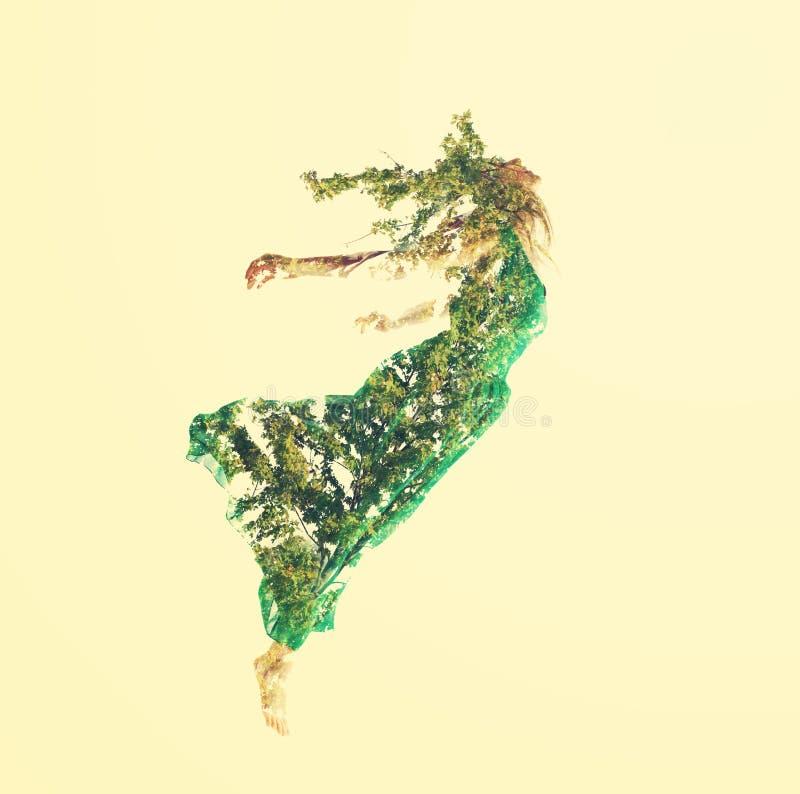 Dubbele blootstelling van vrouw het vliegen met bladeren stock fotografie