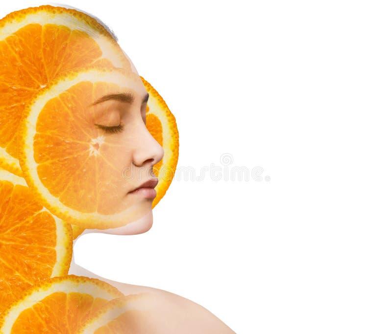 Dubbele blootstelling van vrouw met oranje fruitplakken stock foto