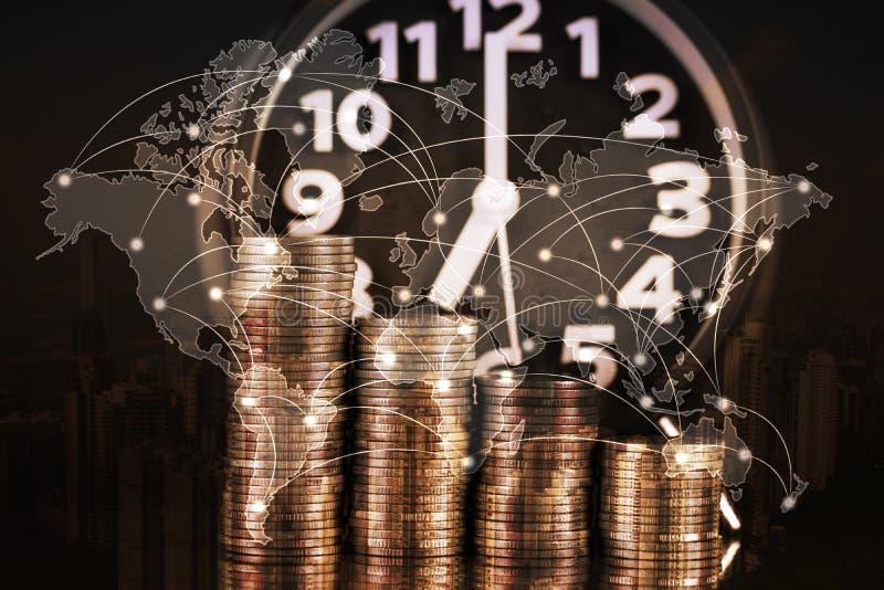 Dubbele blootstelling van wekker en stap van muntstukkenstapels, tijd FO royalty-vrije stock foto's