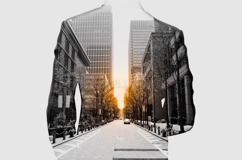 Dubbele blootstelling van zakenman en cityscape royalty-vrije stock afbeeldingen