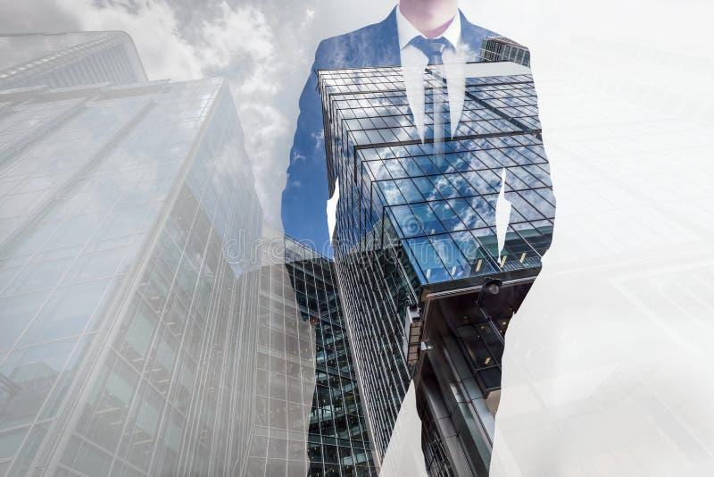 Dubbele blootstelling van zakenman en moderne wolkenkrabbers Bedrijfsleider, carrièreconcepten stock foto
