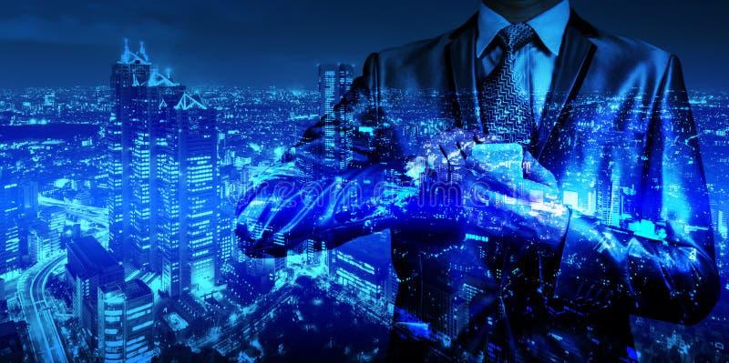 Dubbele blootstelling van zakenman met cityscape stock afbeeldingen
