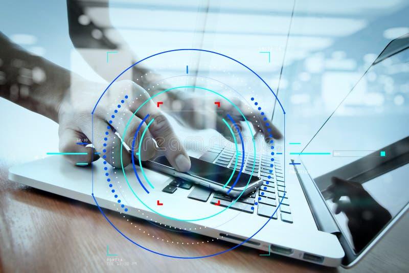 dubbele blootstelling van zakenmanhand die met slim telefoonverstand werken stock afbeeldingen