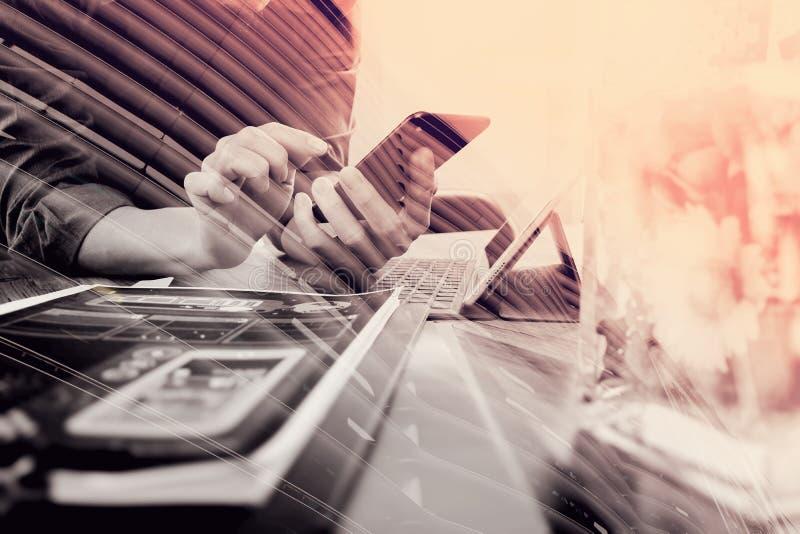 dubbele blootstelling van zakenmanhand die slimme telefoon, mobiel loon met behulp van royalty-vrije stock afbeeldingen