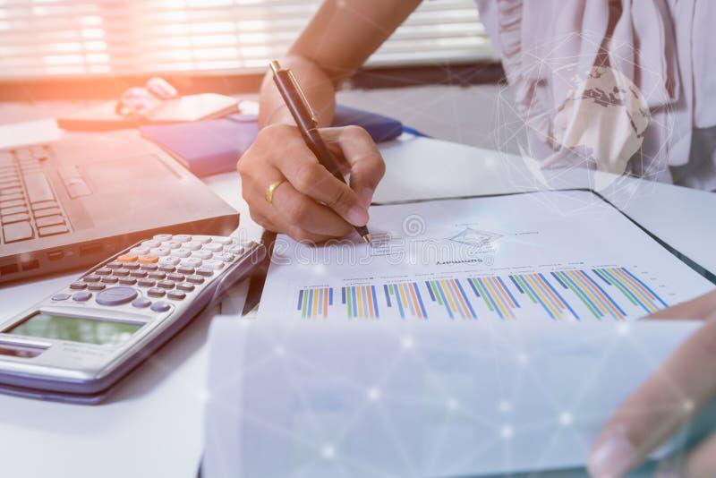 Dubbele blootstellings bedrijfsmensen die op kantoor werken Financiële effectenbeurzen of van de Achtergrond investeringsstrategi stock foto's