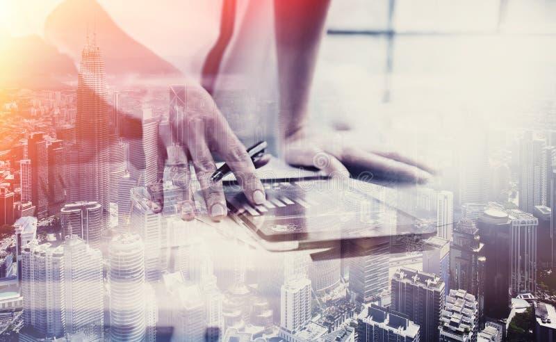 Dubbele blootstellingsfoto Vrouwelijke hand wat betreft moderne tablet Investeringsmanager die het nieuwe privé bureau van het ba royalty-vrije stock afbeelding