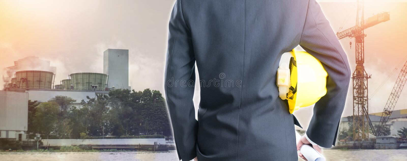 Dubbele blootstellingsingenieur met veiligheidshelm op de industriebackgrou royalty-vrije stock fotografie