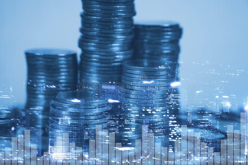 Dubbele blootstellingsstapel van muntstuk met financi?le grafiek over stad en bureau de bouw achtergrond, zaken en financieel con royalty-vrije stock foto