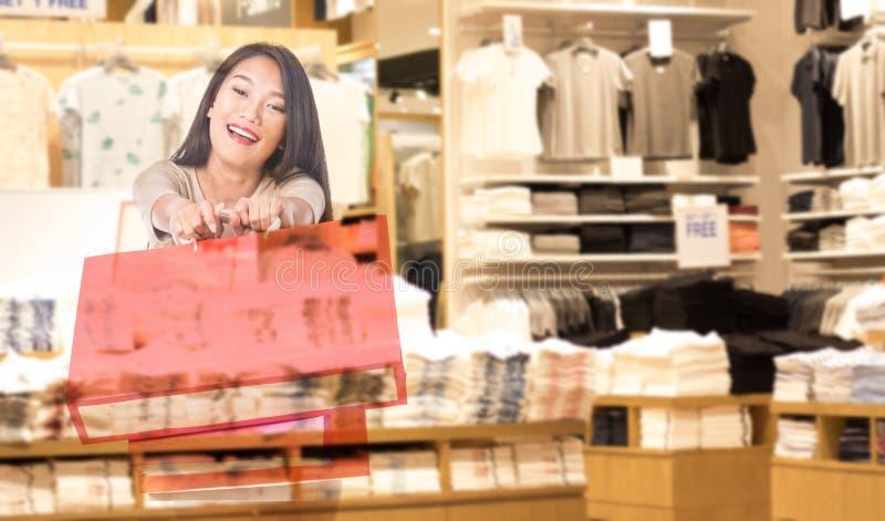 Dubbele blootstellingsvrouwen die het winkelen zakken in haar hand houden stock fotografie