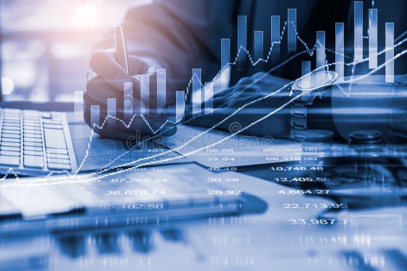 Dubbele blootstellingszakenman en effectenbeurs of forex grafiek geschikt voor financieel investeringsconcept De achtergrond van  royalty-vrije stock afbeelding