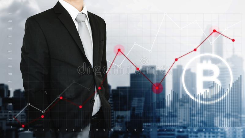 Dubbele blootstellingszakenman en het opheffen van grafiek met Blokketen en Bitcoin-pictogram, stadsachtergrond royalty-vrije stock foto