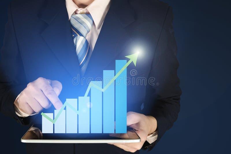 Dubbele blootstellingszakenman wat betreft de groeistaafdiagram op financiële grafiek op donkere achtergrond royalty-vrije stock afbeeldingen