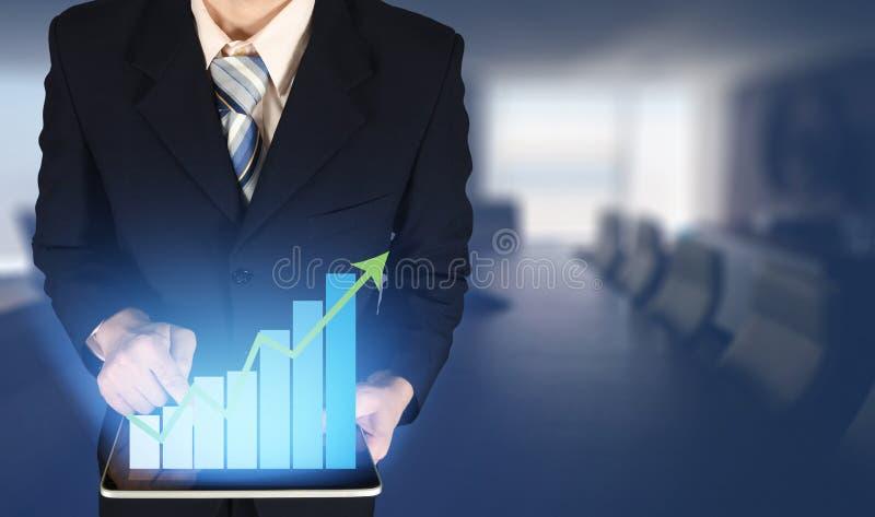 Dubbele blootstellingszakenman wat betreft de groeistaafdiagram op financiële grafiek, vage vergaderzaalachtergrond stock fotografie