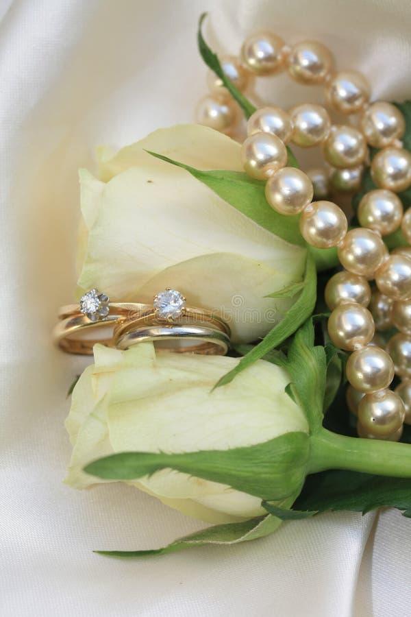 Dubbele bruids reeks op witte rozen royalty-vrije stock fotografie