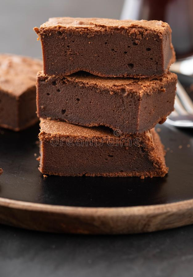 Dubbele Chocolade Brownies Eigengemaakte chocoladezachte toffee brownies met chocoladeschilfers en zwarte achtergrond De ruimte v stock foto