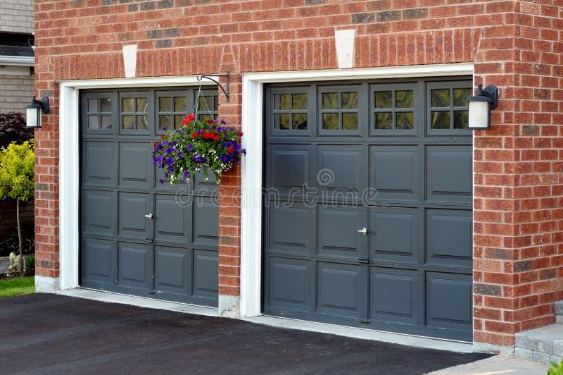 Dubbele Garage met bloempot stock afbeeldingen