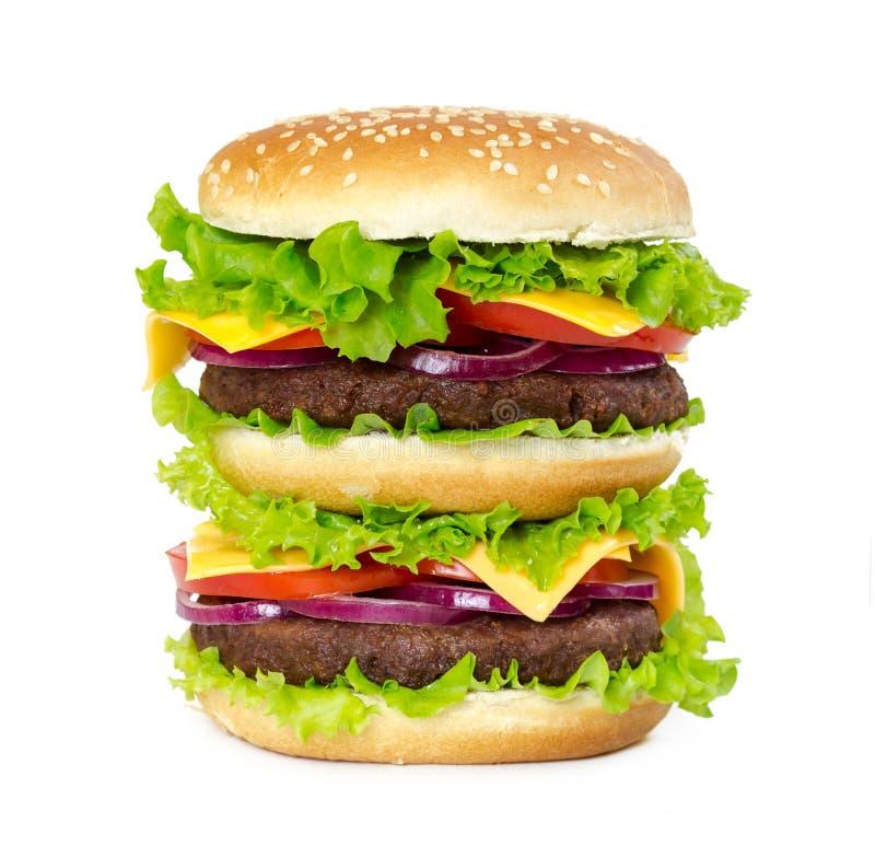 Dubbele hamburger met kotelet, uien, kaas, tomaten en salade le royalty-vrije stock afbeeldingen