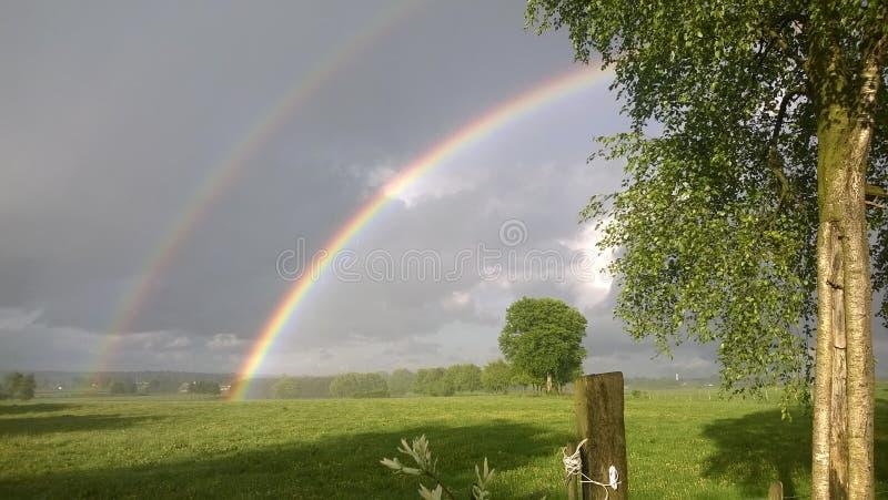 Dubbele regenboog Ardennen België stock afbeelding